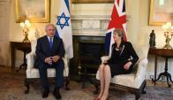 Benjamín Netanyahu recibido ayer por Theresa May en Londres. Foto: AFP