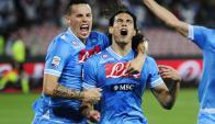 Edinson Cavani es abrazado por Marek Hamsik al anotar un gol en el Napoli-Inter. Foto: AFP
