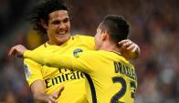 El abrazo entre Edinson Cavani y Julian Draxler. Foto: AFP