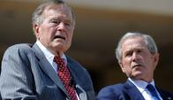 George H. W. Bush junto a George W. Bush. Foto: AFP