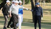 Trump y Abe jugando al golf en Japón. Foto: AFP