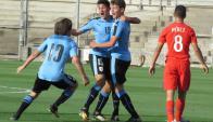 El festejo de Joaquín Sosa con Maximiliano Juambeltz y Braulio Guisolfo en el primer gol de Uruguay en el Sudamericano sub 15. Foto: @Uruguay