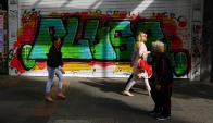 Para evitar la ruptura de vidrieras, comercio tienden a colocar cortinas metálicas que igualmente suelen ser vandalizados con graffitis. Foto: F. Ponzetto