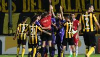 Otra vez Defensor Sporting tuvo dos hombres menos frente a Peñarol. Foto: Ariel Colmegna
