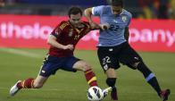 Juan Mata y Martín Cáceres peleando por la posesión de la pelota