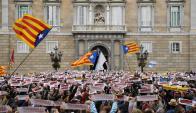 Unas 8 mil personas se congregaron ayer frente a la Generalitat para pedir la liberación de los secesiontistas presos. Foto: AFP