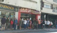 Colas en la farmacia Antártida para comprar marihuana. Foto: Valeria Gil.