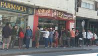 Ayer volvieron las colas frente a las farmacias que retomaron las ventas. Foto: Valeria Gil