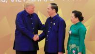 Donald Trump con Tran Dai Quang y su esposa. Foto: Reuters