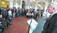En primer lugar los invitados en el salón del Club Uruguay en el momento que el presidente Guillermo Jacob expresa su mensaje, y debajo vemos al ministro Víctor Rossi, J. Mujica, Dr. Opertti, Dr. Mezzera.