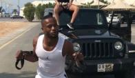 Patrice Evra tirando de un Jeep en Dubai