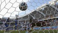 """""""Gigi"""" Buffon se estira pero no llega. El cabezazo de Godín fue el 1-0 para Uruguay contra Italia. Foto: Reuters"""