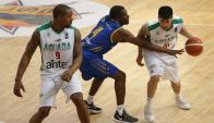 Jeremis Smith y Demian Álvarez en el partido entre Aguada y Cimarrones. Foto: FIBA