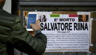 Un cartel en la ciudad italiana de Ercolano, anunciando la muerte  del mafioso Salvatore Riina y recordando los nombres de algunas de sus víctimas. Foto: EFE