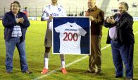 Diego Arismendi homenajeado por cumplir 200 partidos en Nacional. Foto: Marcelo Bonjour