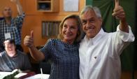 Sebastian Piñera junto a su esposa Cecilia Morel tras votar. Foto: AFP