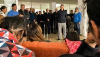 El presidente argentino visitó a los familiares de los 44 tripulantes. Foto: AFP