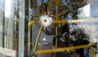 Una bala perdida alcanzó un ómnibus repleto de pasajeros, por poco no hubo heridos. Foto: L. Pedrouza
