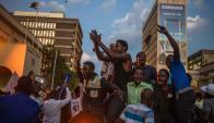Festejos frente al Parlamento tras la renuncia de Mugabe. Foto: AFP