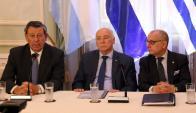 El ministro de Relaciones de Paraguay, Eladio Loizaga (c), en conferencia con Jorge Faurie (d) y Rodolfo Nin Novoa (i). Foto: EFE