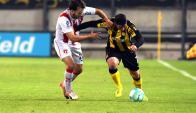 Mano a mano. Claudio Herrera, referente de River, y Cristian Rodríguez, de Peñarol, tendrán un constante duelo por la banda. Foto: Ariel Colmegna