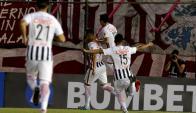 """Los jugadores de Libertad celebran el gol de """"Tacuara"""" Cardozo"""