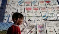 Mensajes de apoyo a los tripulantes del submarino desaparecido. Foto: AFP