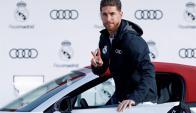 Sergio Ramos recibe su Audi. Foto: EFE