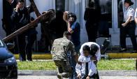 Una treintena de personas se aceró ayer a la basa naval de Mar del Plata a rendir homenaje a los 44 tripulantes. Foto: AFP