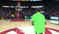 Fanático encesta de mitad de cancha en la NBA