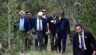 Juan Gómez en el bosque en Las Vegas donde fue encontrado el cuerpo de Brissa González. Foto: Fernando Ponzetto