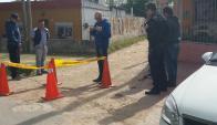 La Policía trabaja en el lugar del homicidio en Casabó. Foto: El País