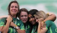 El llanto de las mujeres deudas de los fallecidos en el accidente de Chapecoense. Foto: Reuters