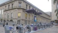 Bicicletas públicas al costado del Teatro Solís. Foto: Archivo El País