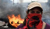 Autos incendiados y saqueos de comercios. Foto: AFP