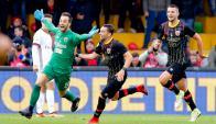 Alberto Brignoli, arquero de Benevento, festeja su gol que le da el empate contra Milan. Foto: EFE