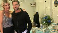 Karina Vignola y David Bisbal en el camarín del músico decorado por la uruguaya.