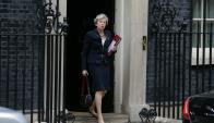 Theresa May sale de su residencia en Downing Street. Foto: AFP.