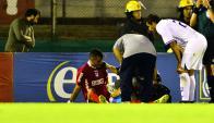 Guillermo Reyes es atendido luego de sentirse ante Peñarol.