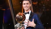 Cristiano Ronaldo recibe su quinto Balón de Oro. Foto: EFE