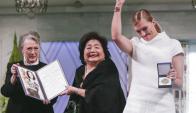 Beatrice Fihn, de ICAN, festeja junto a Satsuko, sobreviviente de Hiroshima. Foto: AFP