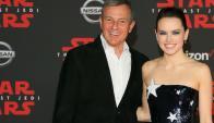 El CEO de Disney Robert Iger junto a la protagonista de la saga, Daisy Ridley