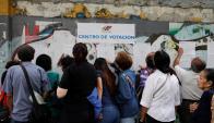 Venezolanos el domingo buscando sus mesas electorales para votar en las municipales. Foto: Reuters