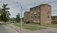Un joven fue encontrado muerto frente a un complejo de viviendas en Colón. Foto: Google Street View.