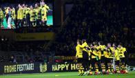 Los jugadores del Dortmund cantan con su hinchada. Foto: EFE