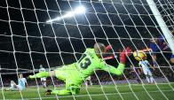 """Luis Suárez tiró la rabona y el golero del """"Dépor"""" la sacó de adentro. Foto: Reuters"""