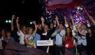 El presidente electo Sebastián Piñera con su esposa Cecilia Morel anoche al confirmarse la victoria del candidato de Chile Vamos. Foto: AFP