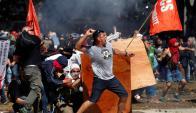 Los manifestantes lanzaron piedras y bombas molotov. Foto: Reuters