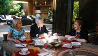 Piñera y su esposa desayunado ayer con Michelle Bachelet. Foto: Reuters