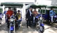 Daniel Martínez entregó a los seis recolectores de residuos las llaves de sus nuevos motocarros. Foto: D. Borrelli